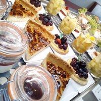 Buffet de desserts: Panna cotta à la confiture d'églantine, tarte aux pommes à l'Alsacienne ...