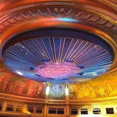 Un aperçu du plafond art déco de la grande salle