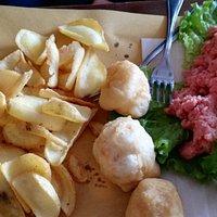 carne cruda, gnocco fritto e patate