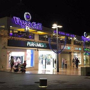 Entrada lateral del Centro Comercial Oasis