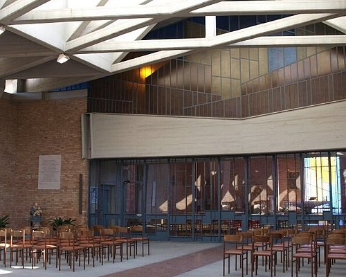 Архитектура современная, но , в то же время, очень уютнвя и создает ощущение гармонии и легкости