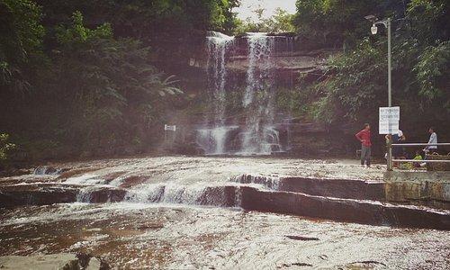 Schöner Wasserfall eintritt 2$ pro Personen und vorher 2$ pro Person Strassenmaut.Fotograph kost
