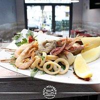 Frittura Mista con gamberi, calamari, merluzzi, alici, triglie e zeppoline di alghe