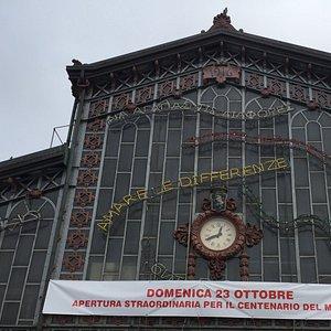 Facciata dell'Antica Tettoia dell'Orologio di Porta Palazzo dove potete trovarmi entrando a sini