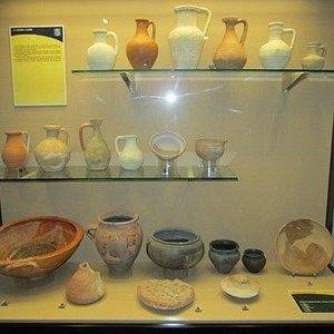 een vitrine met romeinse potten en glaswerk
