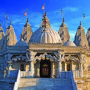 BAPS Shri Swaminarayan Mandir, London (Neasden Temple), by dusk