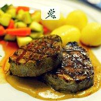Brizola Piperi - Rindersteak mit Pfeffersauce, frisches Gemüse, Butterkartoffeln & Gemüse