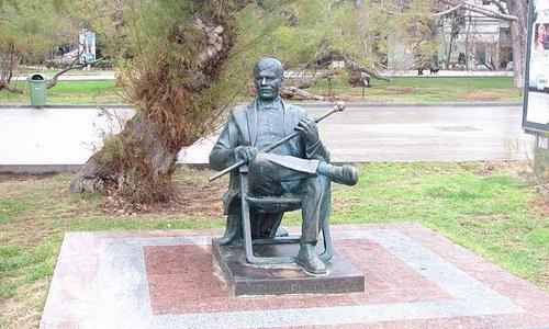 памятник Михаилу Пуговкину в Ялте