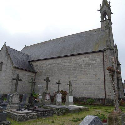 La chapelle et le calvaire type croix bannière à gauche