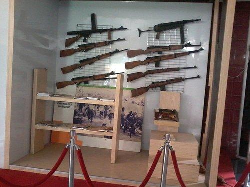 Aneka senjata & buku sejarah yang dipamerkan di museum Monumen Jenderal Soedirman