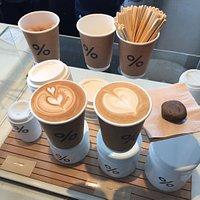 簡約的咖啡店遇見好喝的咖啡拿鐵