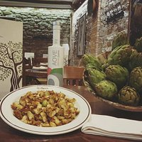 Uno de nuestros platos estrella, alcachofas fritas en AOVE.
