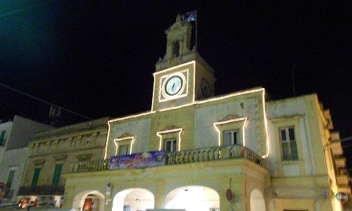 la torre dell'orologio che domina la piazza da sud