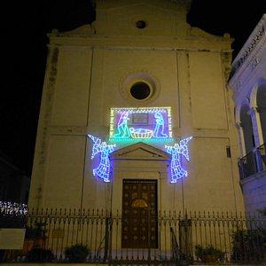 la facciata di notte