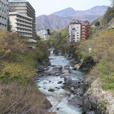 橋から見たきぬ川とホテル群