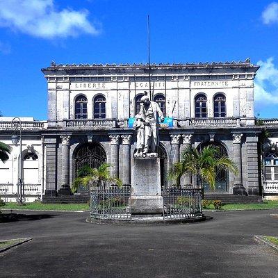 Devant l'ancien paalais de justice, une statue de Victor Schœlcher