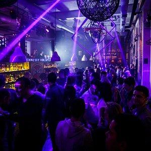 Главный бар и танцпол