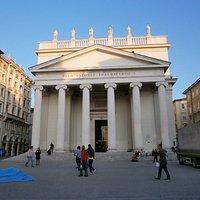 広場の正面に聖アントニオ教会