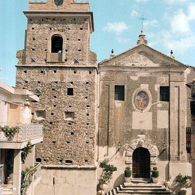 Bellissima Chiesa (fortezza) con altare maggiore in marmo policromo in stile barocco. in stile