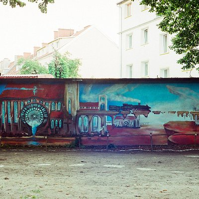 """Mural na podstawie obrazu Jarosława Jaśnikowskiego """"Emisariusze Światła"""""""
