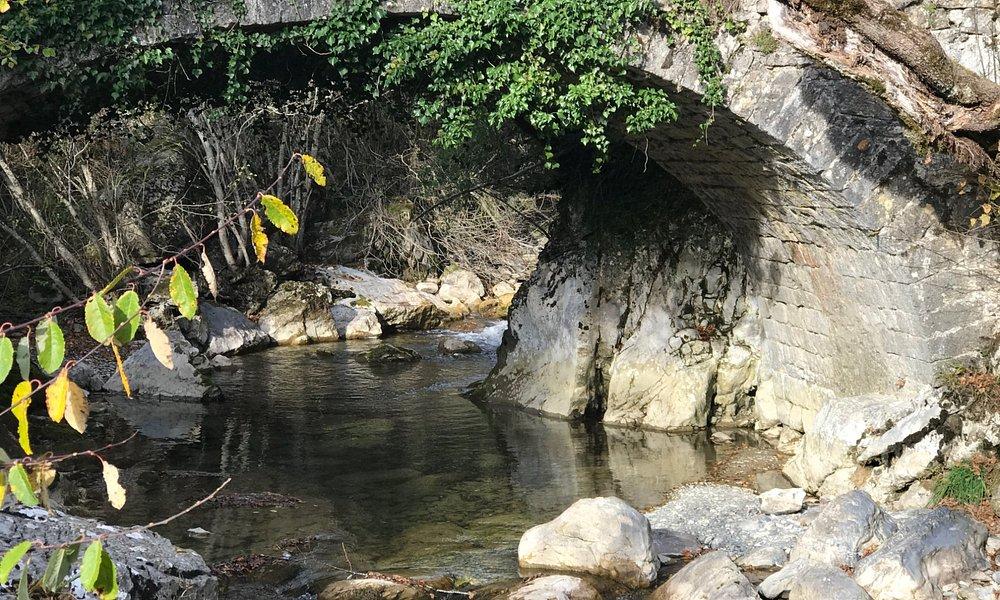 Puente de acceso a la cueva