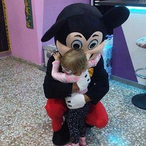 En eventos y cumples visita Mickey a los nenes. Los días normales pagas consumición y 2€/hora pa