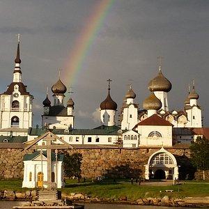 Соловецкий монастырь встречает туристов. Здесь они узнают об их истории, строительстве, роли в Р