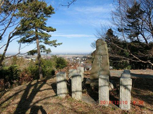 古墳の最上部にある石碑