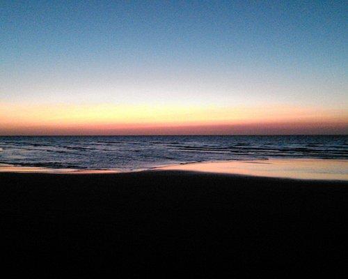 После заката на диком пляже Умм-аль-Кувейна