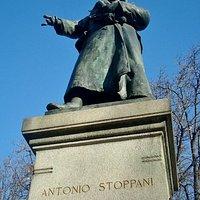 La statua di Antonio Stoppani