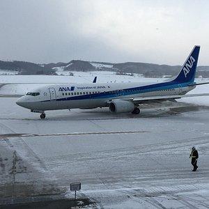 雪の中ランディング 羽田発ANA375