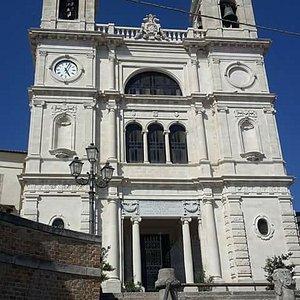 La chiesa dei Santi Valentino e Damiano è situata all'interno del centro storico di San Valentin