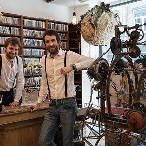 Simon et Jérémy, les deux cousins à bretelles, fondateurs de la boutique