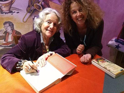 Antonia Arslan e Claudia in un momento della firma dei libri