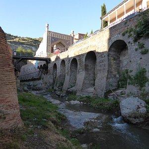 По берегам реки расположились банные комплексы
