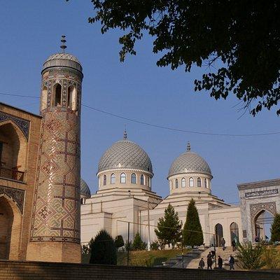 3つのドームを持つモスク