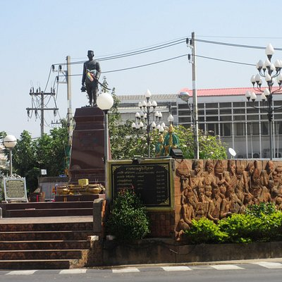 The statue is situated in the middle of the traffic circle just next to the post office