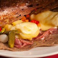 le mariage de la galette et de la raclette (jambon cru, fromage, pommes de terre, etc...)
