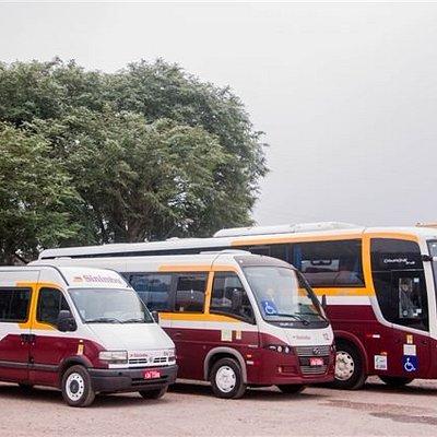 Frota de 55 veículos: ônibus, microônibus e vans, e mais 5 veículos de apoio.