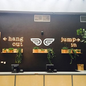 Trampolinepark met gezellige koffielounge. Jump in and hang out.
