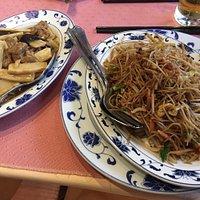 Pâtes aux légumes et viande et champignons et bambous