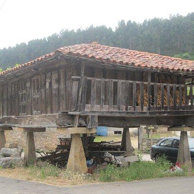 La ruta arranca en el pueblo de Huerres, dominado por hórreos antiguos