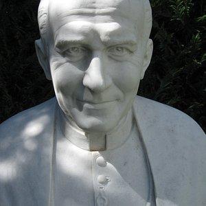 """Monastero """"Totus Tuus"""" Dedicato al S Giovanni PP II con statua a grandezza naturale all'ingresso"""