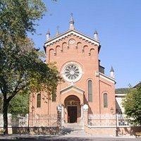 Foto della Chiesa con anche l'ampio Sagrato.