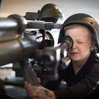 På Brigadmuseum finns få montrar. Kläm, känn, lek och lär!