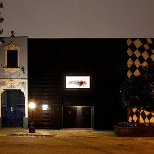 """A fachada do Clube V.U. reproduz a capa do disco """"VU"""", da banda Velvet Underground (veja a segui"""
