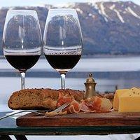 Montaña + lago + vino patagonico + una picada....que mas???
