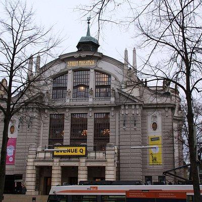 トラム「Rathaus、市庁舎」前の建物、左横に見えるのが旧市庁舎