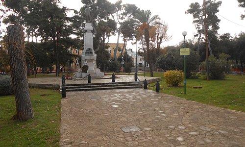 il monumento ai Caduti al centro del parco