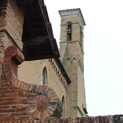 scorcio di parte della chiesa ( campanile)